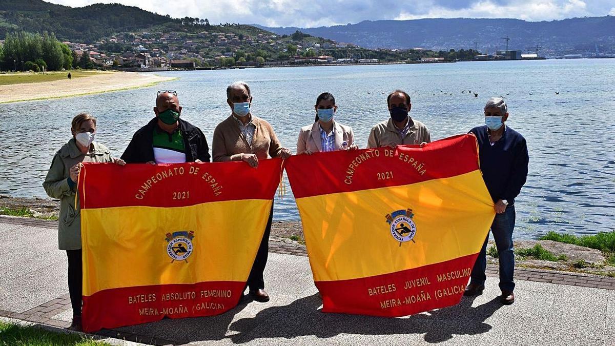 Chapela, Pérez, Seijas, Santos, Benavides y Moreira con dos de las banderas. |  // G. N.