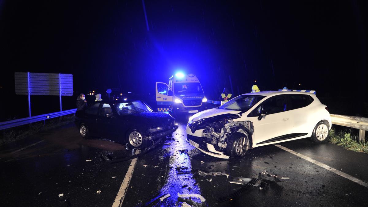 Los vehículos accidentados, tras el impacto frontal.