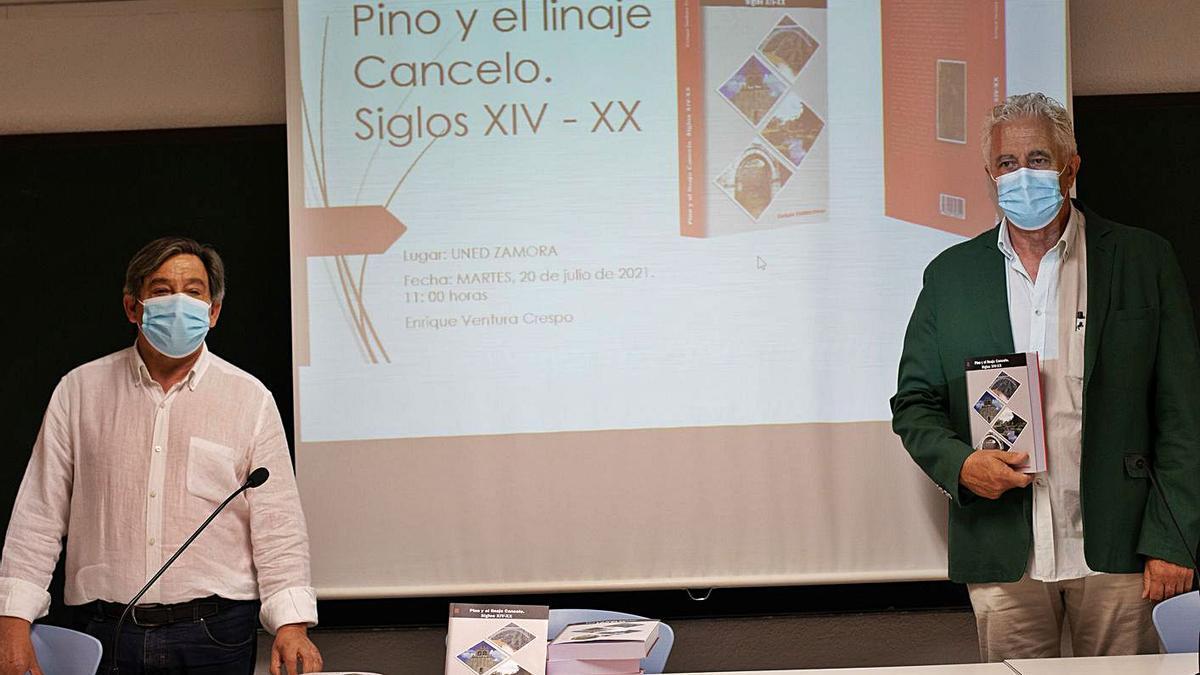 El autor del libro sobre Pino del Oro (derecha), Enrique Ventura Crespo, con Juan Andrés Blanco.