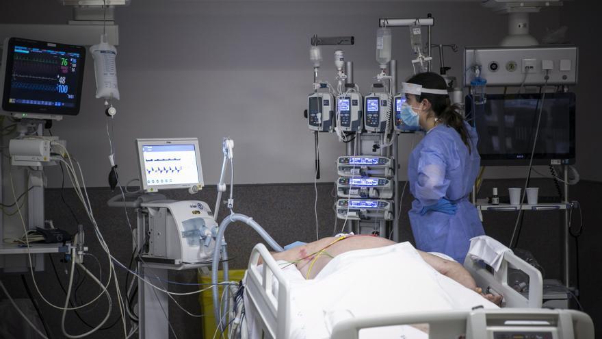 Los hospitales abren más camas de UCI y se preparan para dos semanas de alta presión