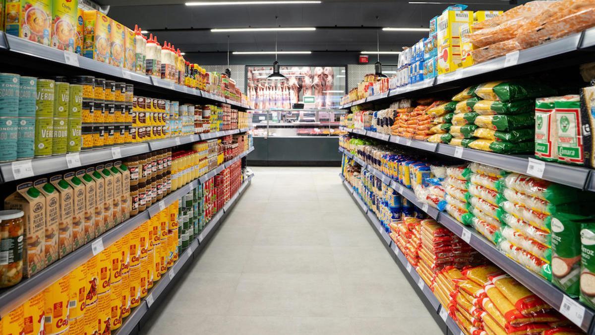 Un passadís del nou supermercat Halal Empordà