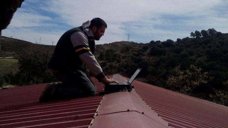 VÍDEO | El alcalde de este pueblo de Castellón monta su oficina en el tejado de su granja para poder conectarse a internet