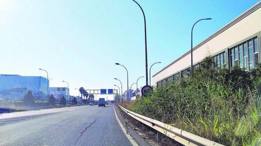 Vegetación y señales de tráfico junto al aeropuerto