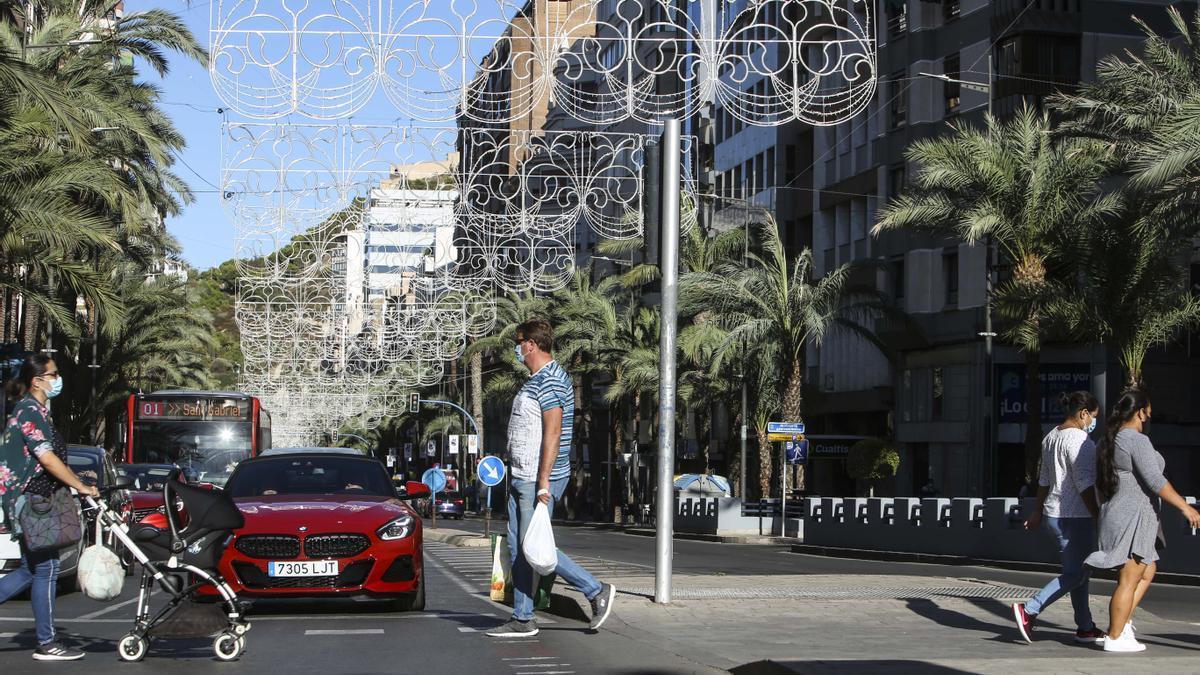 Alicante instala las luces de Navidad en Alfonso el Sabio