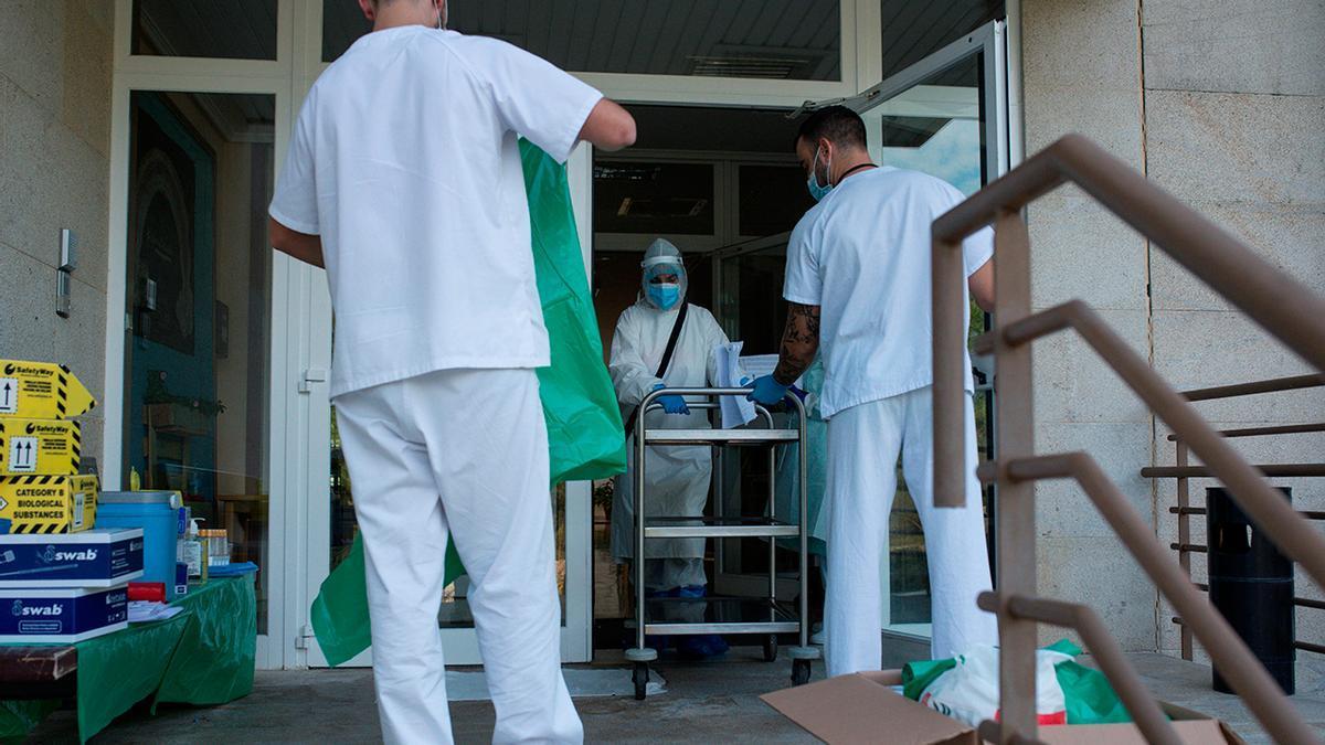 Coronavirus en Galicia: Sanitarios entrando a la Residencia Os Gozos en Pereiro de Aguiar en octubre
