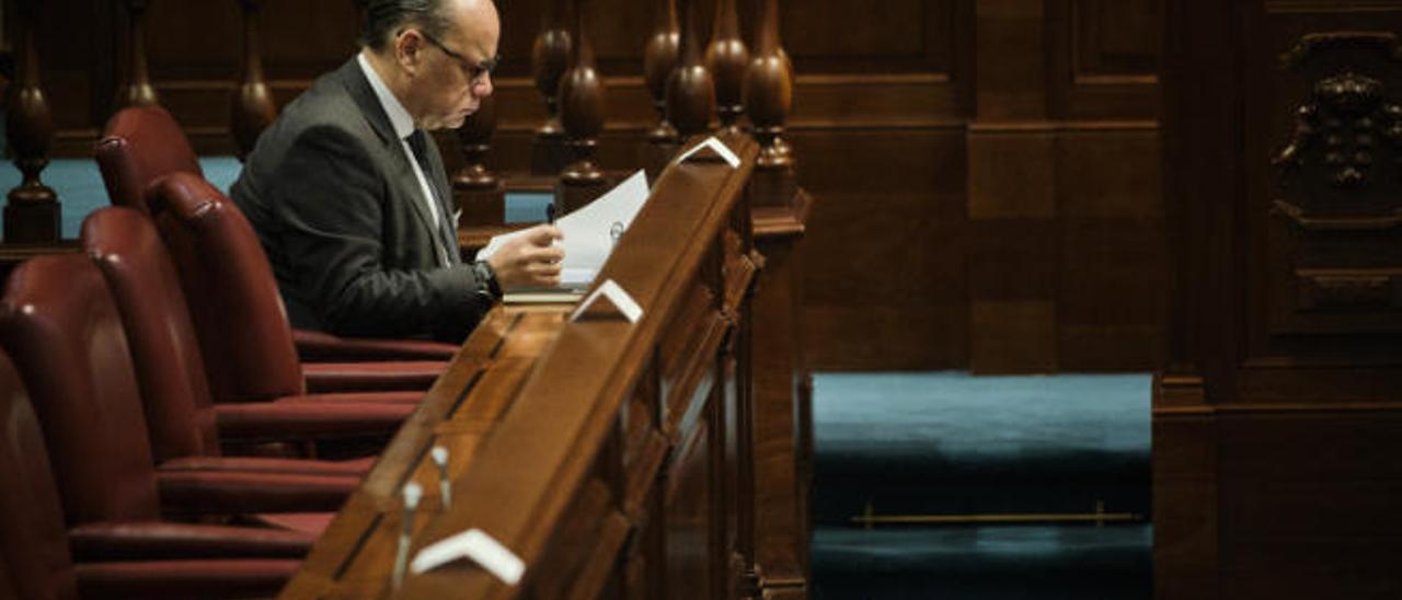 José Miguel Barragán, secretario general de CC, en el último pleno del Parlamento de Canarias.