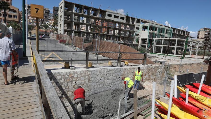 El Ayuntamiento renueva el vallado del Hotel de Arenales del Sol