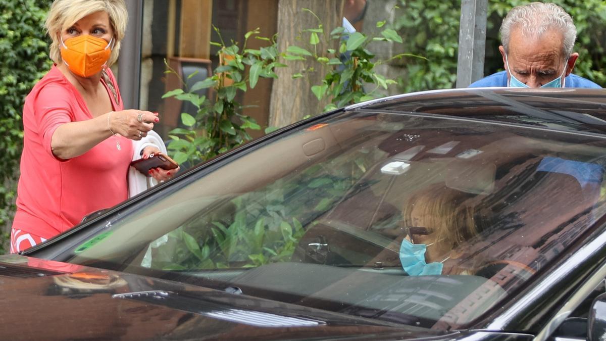 Terulu Campos se despide de Mila Ximénez en el coche.