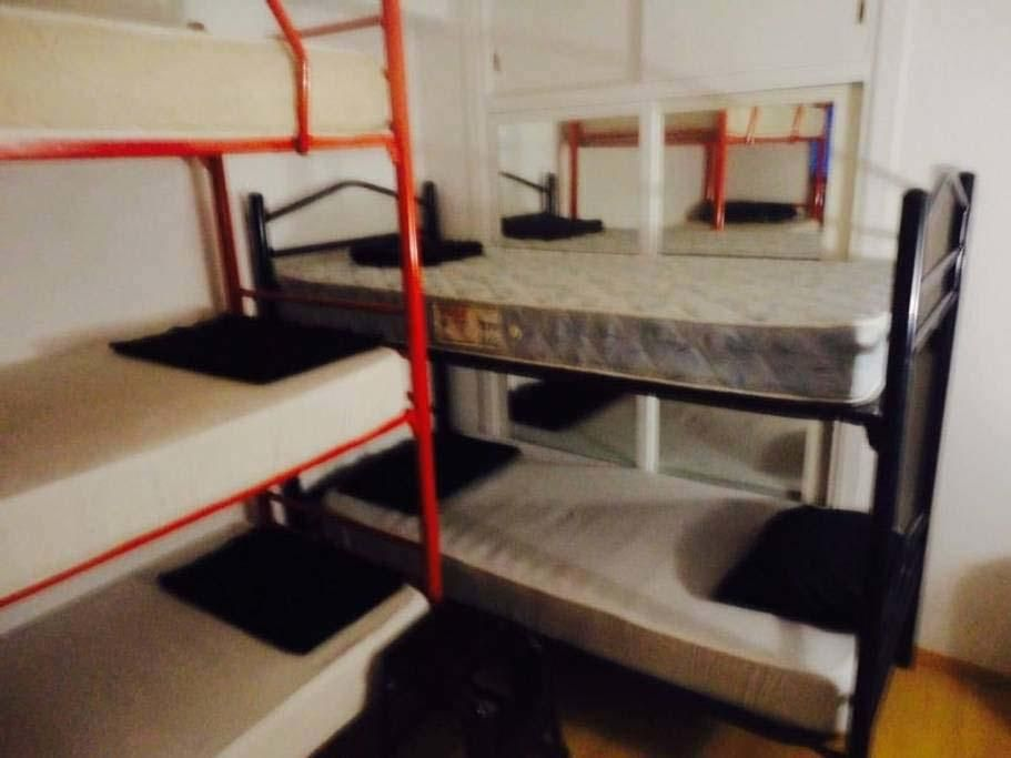 Literas en un balcón de Ibiza a 50 euros la cama por noche
