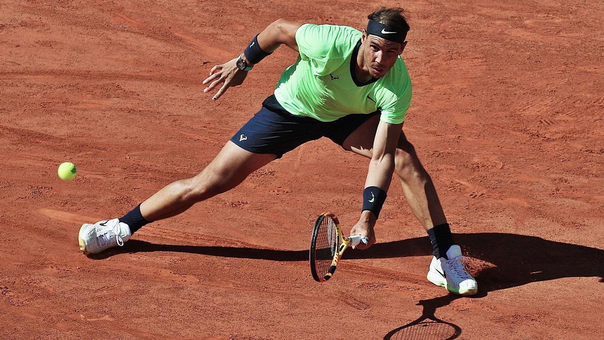 Nadal devuelve la pelota en su partido inaugural en Roland Garros ante Popyrin. | EFE