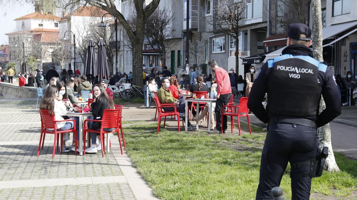 La Policía Local vigila el cumplimiento de las medidas en una terraza de Vigo.