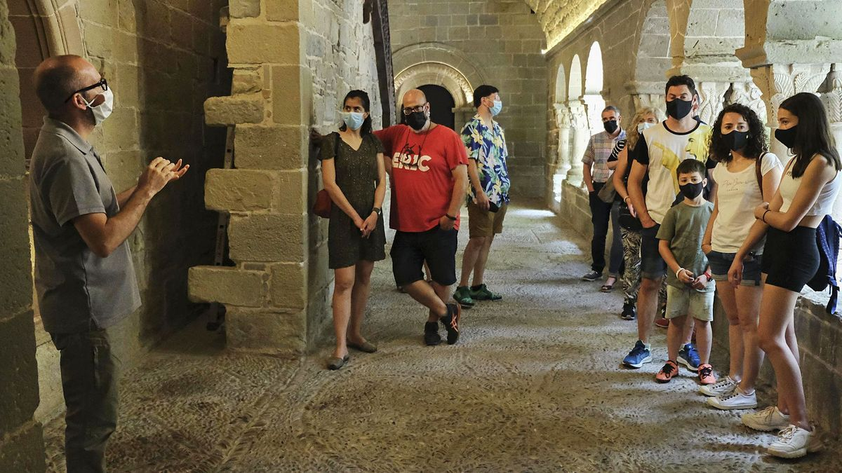 La visita medieval d'ahir, que permet conèixer l'església, el claustre (del segle XII), el celler i les habitacions dels monjos | ALEX GUERRERO