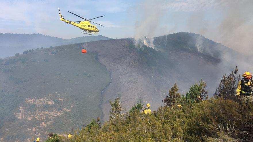 Continúa activo el incendio de Boca de Huérgano (León)