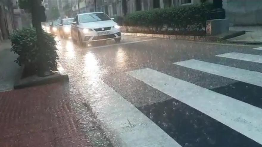 Tromba de agua en Oviedo: la lluvia torrencial sorprende a los ovetenses en pleno San Mateo