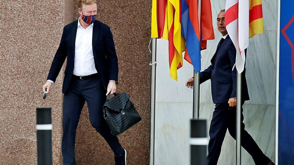 Ronald Koeman sonríe tras reunirse ayer durante media hora con el presidente Laporta.    // TONI ALBIR