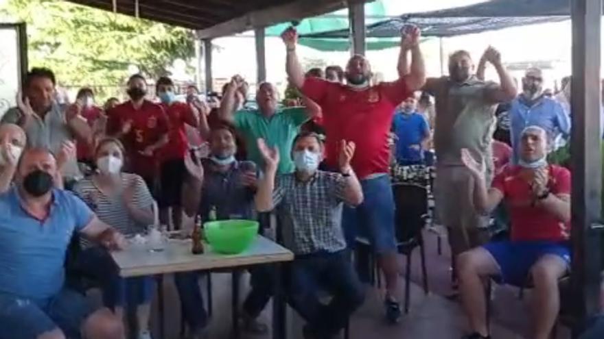 VÍDEO | Los vecinos de Unai Simón en San Marcial celebran las paradas del portero de la Selección
