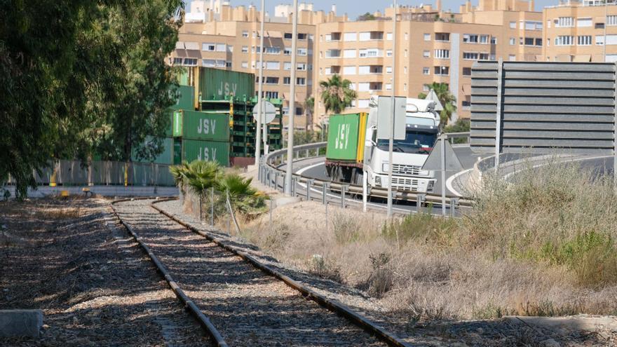 Adif y el Puerto cierran el acuerdo para que los trenes de mercancías no aparquen junto a Casa Mediterráneo