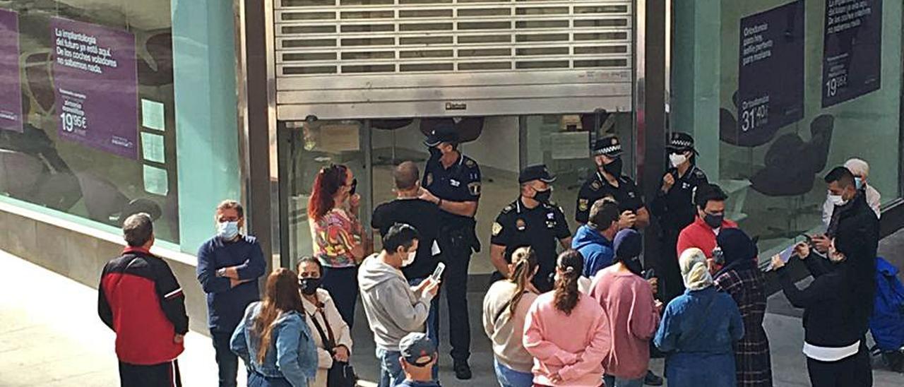 Clientes con la Policía a las puertas de Dentix en Elche.