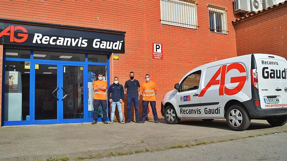 La nova delegació de Recanvis Gaudí de Figueres amb part del seu equip