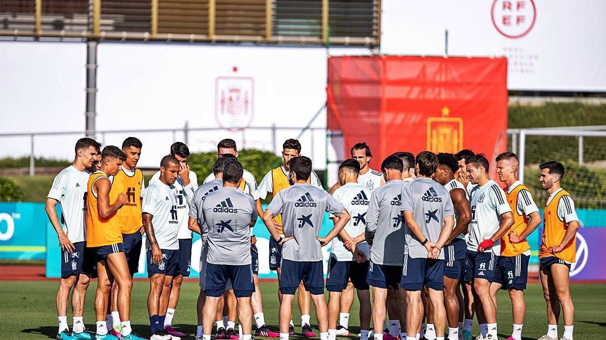 La selecció espanyola es conjura per aconseguir la primera victòria a l'Eurocopa.    EFE/PABLO GARCIA