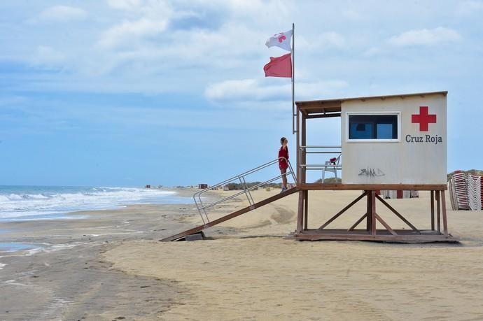 06-05-2020 SAN BARTOLOMÉ DE TIRAJANA. Vigilate de Cruz Roja en Playa del Ingles, en el primer día que se autoriza el acceso a la playa. Fotógrafo: Andrés Cruz    06/05/2020   Fotógrafo: Andrés Cruz