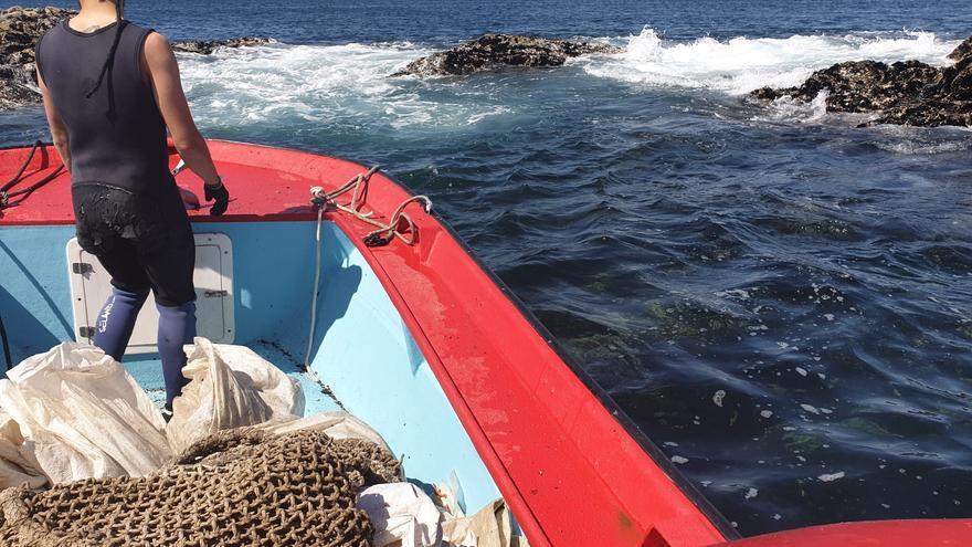 """La """"guerra de la mejilla"""" continúa y sancionan a bateeiros por nadar entre rocas para recogerla"""