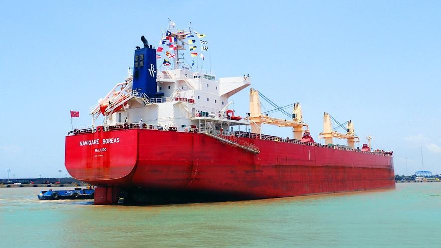 Evacuan a Palma a dos tripulantes de un carguero heridos en alta mar