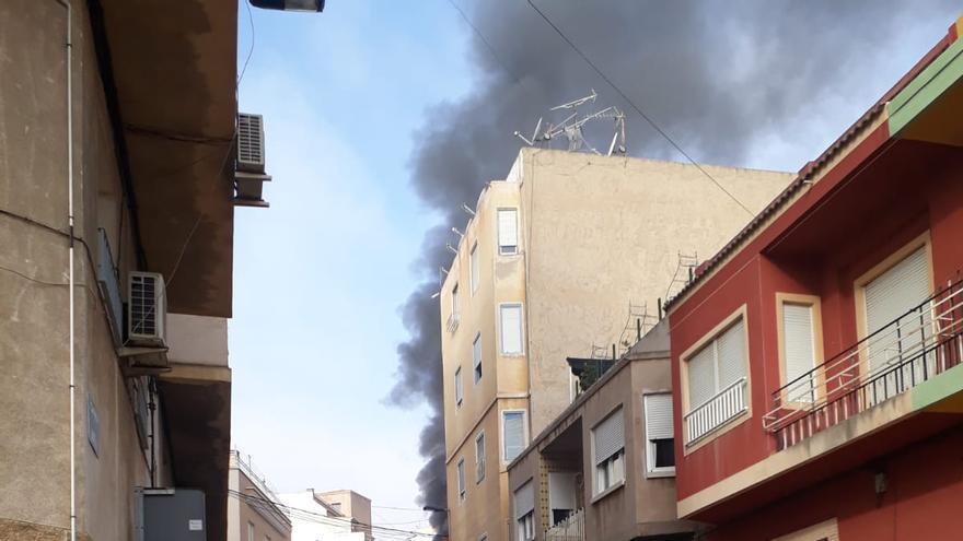 Aparatoso incendio de una vivienda de Crevillent