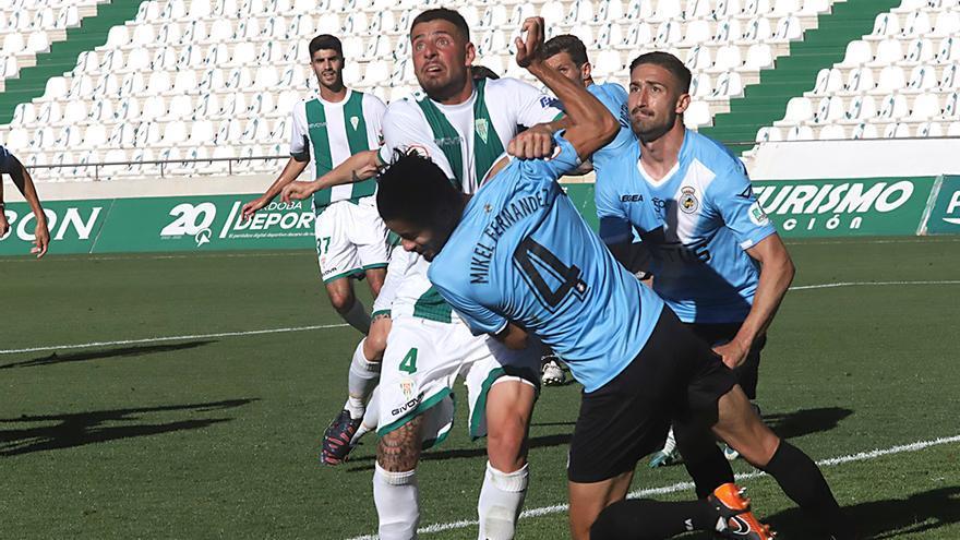 Xavi Molina intenta llegar a un balón.jpeg