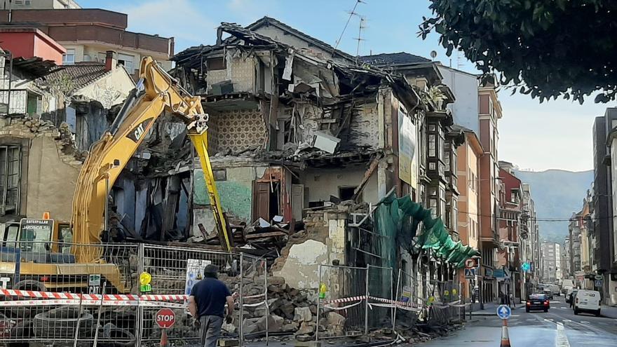 Derribo del emblemático edificio del café Toniher en Langreo