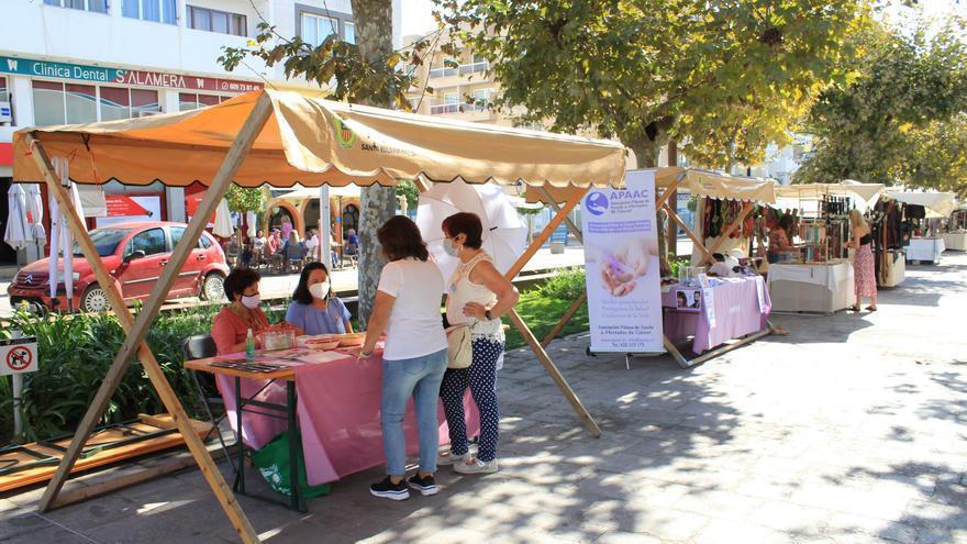 Mesa informativa en Santa Eulària en el Día contra el cáncer de mama