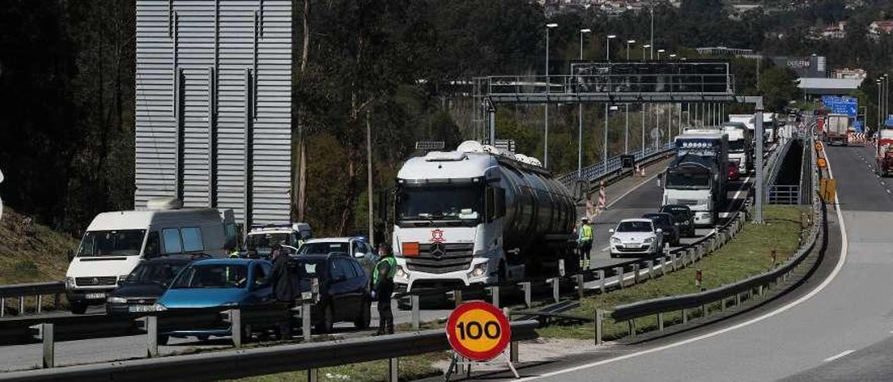 Controles en el único paso fronterizo de la provincia, el puente de Tui-Valença. // Ricardo Grobas