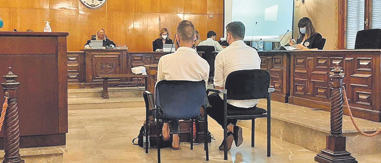 El acusado, a la derecha, junto al intérprete, ayer durante el juicio en la Audiencia de Palma.