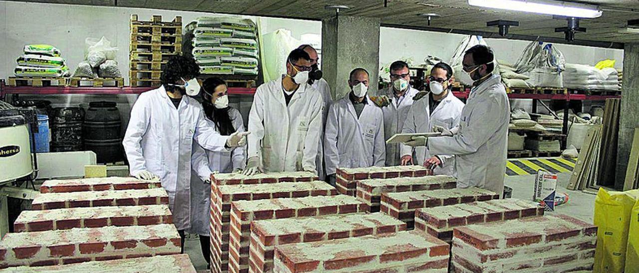 Estudiantes de la Universidad de Alicante, futuros ingenieros, en el laboratorio de estructuras de la facultad.