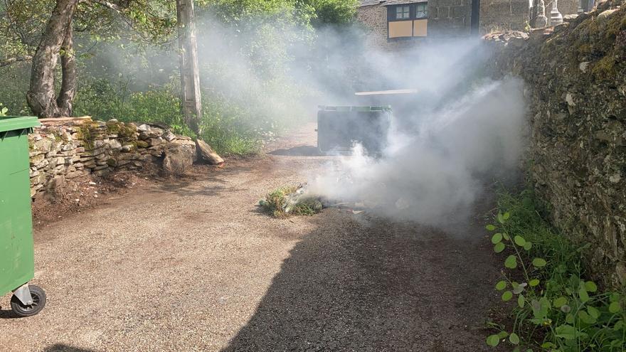 Vecinos de Castro de Sanabria sofocan el incendio de un contenedor