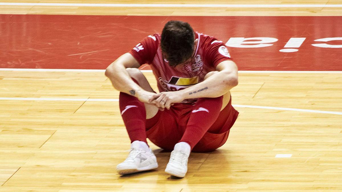 Un jugador de ElPozo con la cabeza baja tras la derrota sufrida por su equipo. | ENRIQUE MARTÍNEZ DELGADO