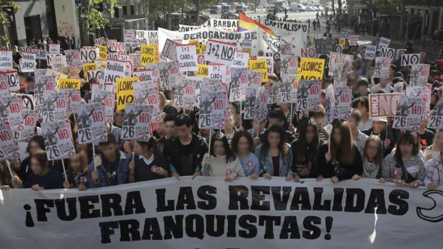 Multitudinaria manifestación en Madrid contra las reválidas