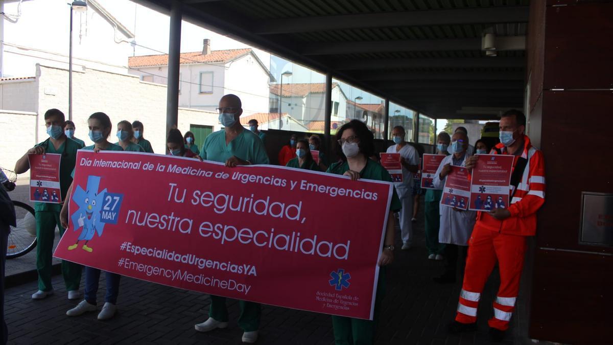 Un momento de la movilización a las puertas de Urgencias de Zamora.