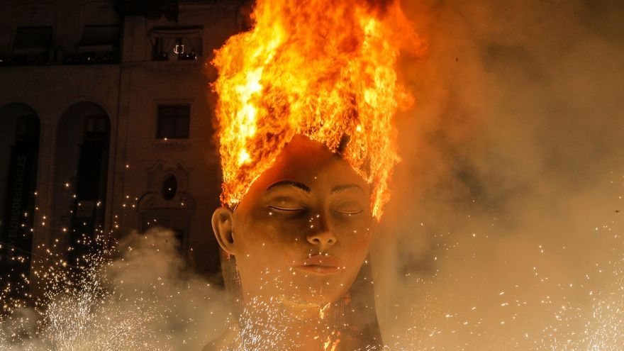 Así ha ardido la Meditadora, símbolo de la falla municipal