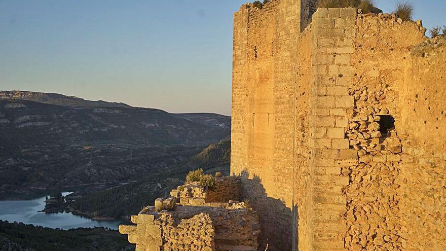 El castillo de Chirel y la Casa Abadía de Castielfabib, más cerca de salir de la Lista Roja