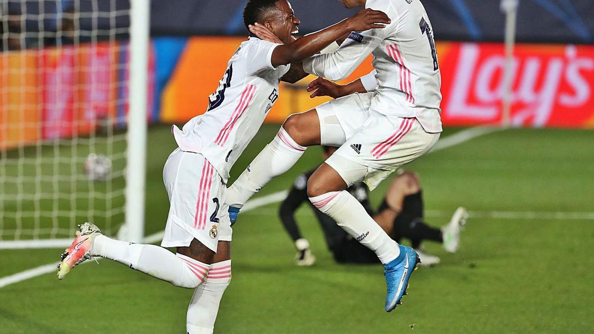 Vinicius y Casemiro celebran el tercer gol.    // AFP7