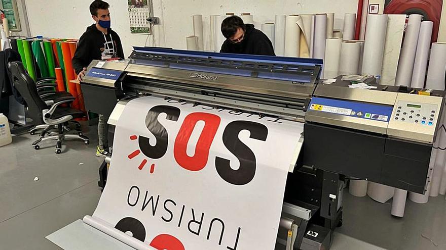 La imprenta del alcalde de sa Pobla, a ritmo frenético por SOS Turismo