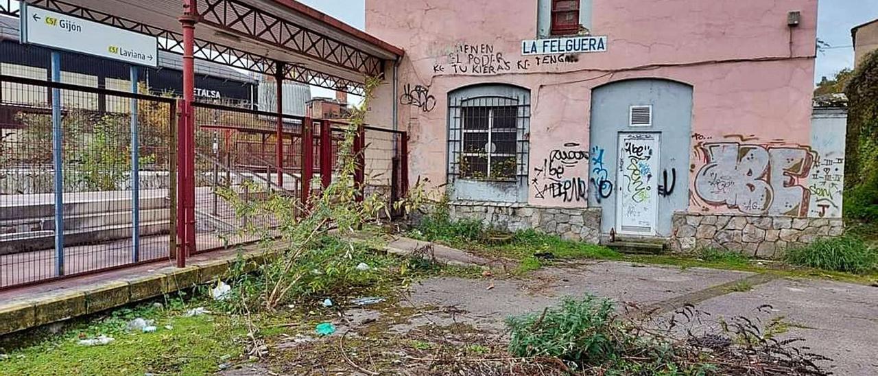 El estado en el que se encuentra la estación de tren de Feve en La Felguera.