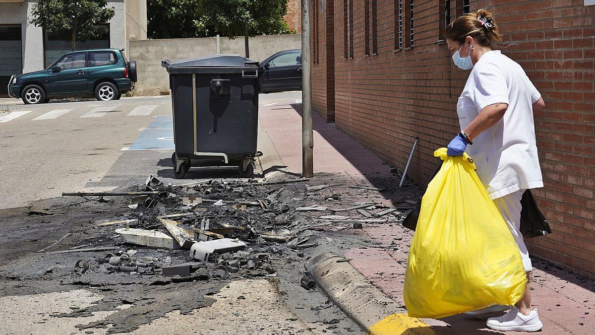 Una treballadora del geriàtric de Cassà i els contenidors cremats que van causar danys