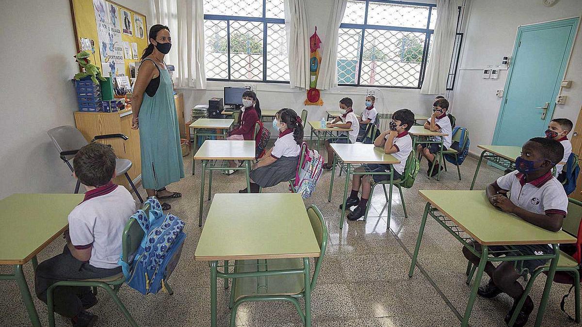 Alumnos con mascarilla y manteniendo las distancias en una aula de Balears.