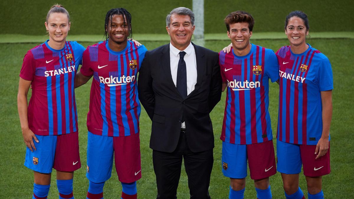 Representantes de diferentes equipos del Barcelona, con la nueva equipación.