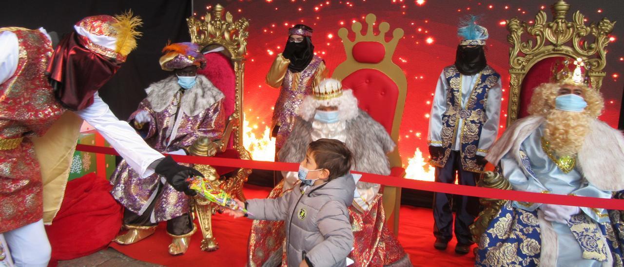 Los Reyes Magos, esta mañana de martes, en Cangas de Onís.