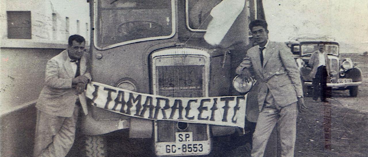 Juan Guedes -a la derecha de la imagen-, un emblema ligado a la Unión Deportiva Tamaraceite, posa delante de una guagua 'engalanada' por el 'Támara'.