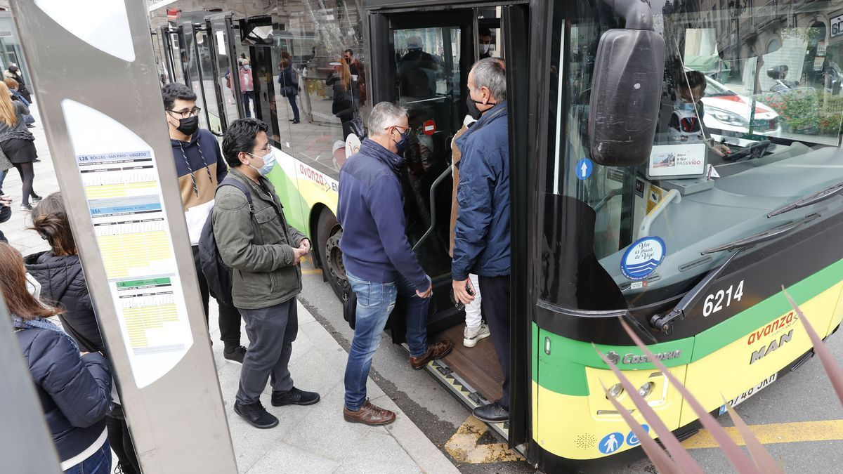 Pasajeros suben a un autobús de Vitrasa.