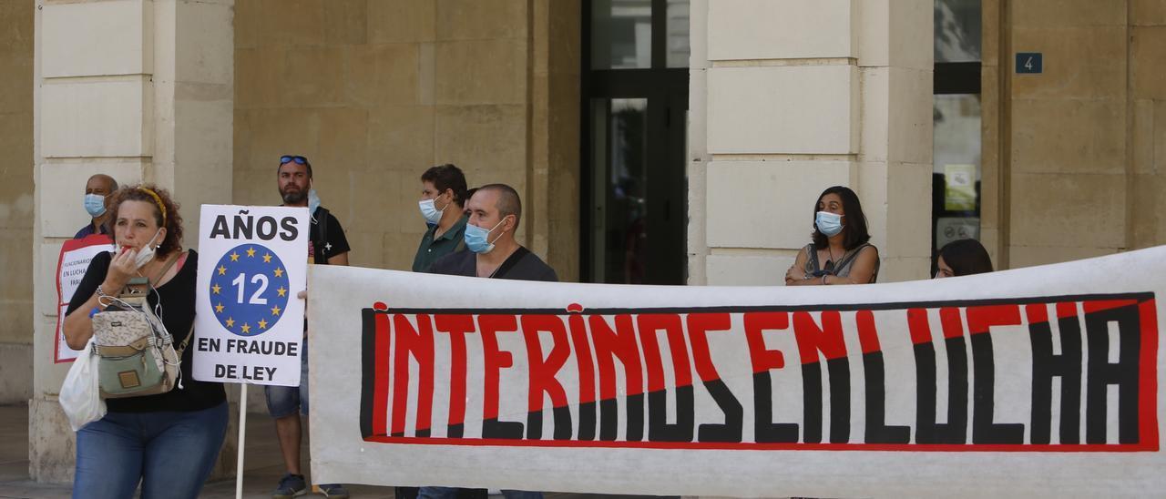 Protestas de interinos frente al Ayuntamiento de Alicante.